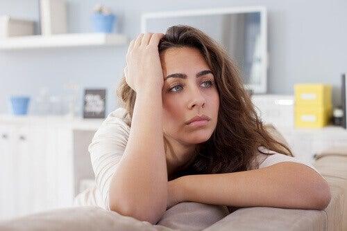 Nedstämd kvinna i soffan
