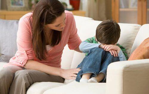 Barn gråter i soffa