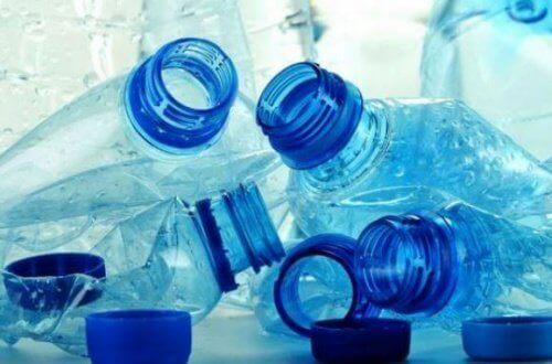 förstörda plastflaskor