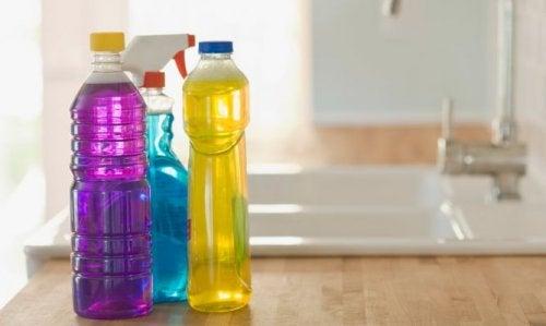 plastflaskor på köksbänk