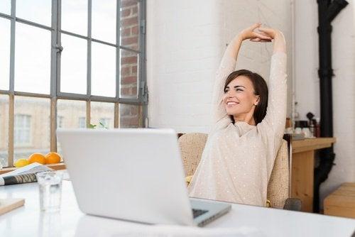 Kvinna sträcker på sig på kontoret
