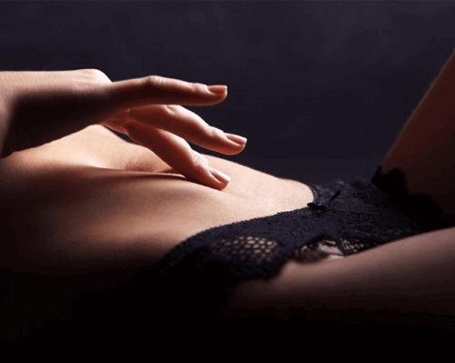 Fingrar på mage
