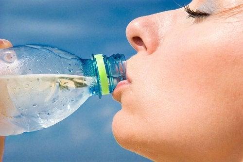 Kvinna dricker vatten