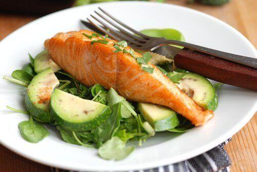 En nyttig middag med lax och grönsaker
