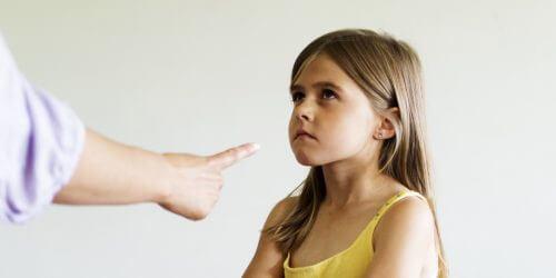 Man pekar på liten flicka