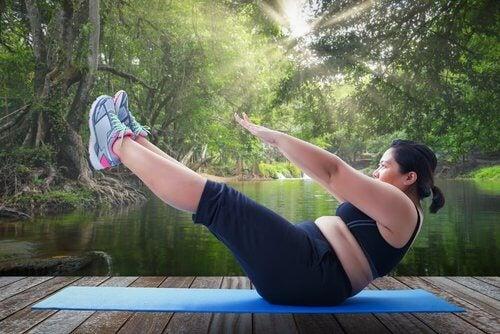 Kvinna-tränar-på-yogamatta