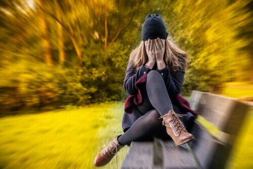 Kvinna med panikattack på bänk