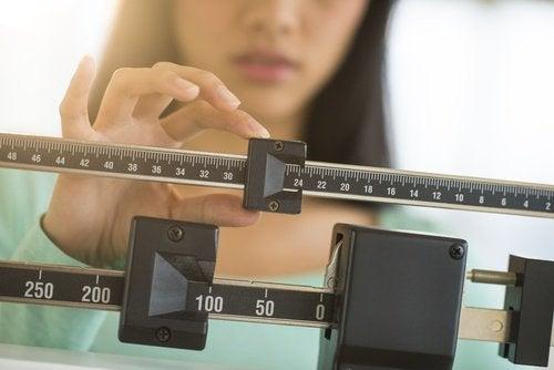 Kvinna kollar sin vikt