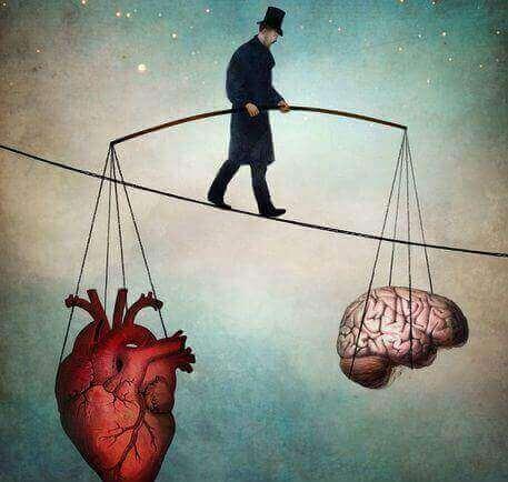 Man balanserar på lina med ett hjärta i ena handen och en hjärna i den andra