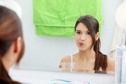 Kvinna med naturligt munvatten