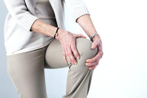 Artros sker när brosket i en led blir nedslitet och försämrat