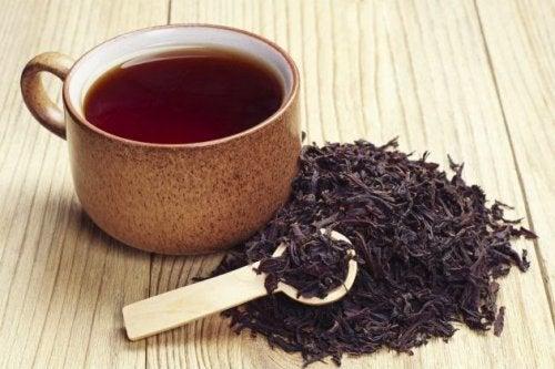Svart te täcker vita hår