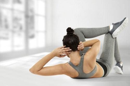 Kvinna tränar magmusklerna