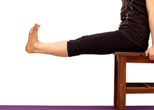 Kvinna tränar lårmuskeln på en stol