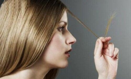 Kvinna med kluvna hårtoppar