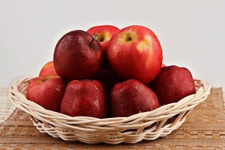 Uppfriskande äpplen i skål
