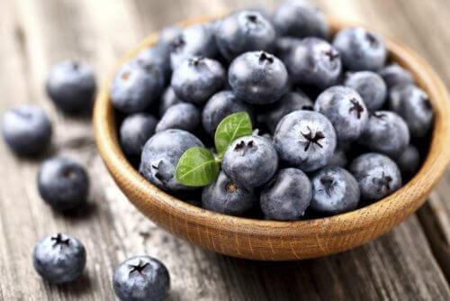 Hur man kan odla blåbär hemma och använder dem