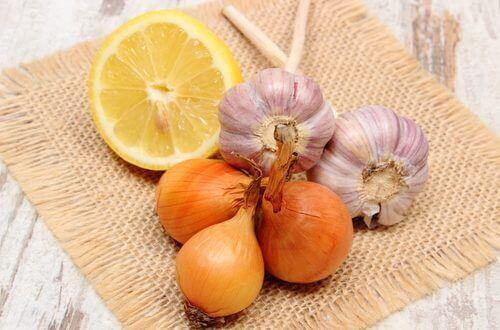 Vitlök, citron och lök