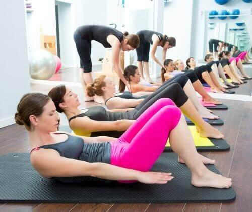 Gruppövning med yoga