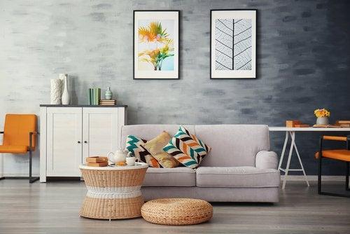 Minimalistiskt hem med soffa