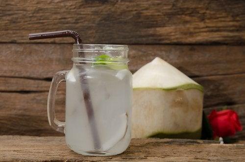Kokosnötsvatten i glas