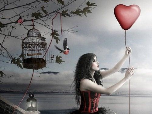 kvinna håller i hjärtformad ballong