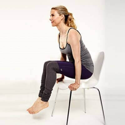 Kvinna med händer på stol