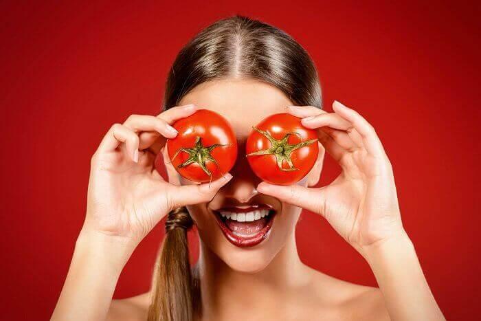 Kvinna med tomater