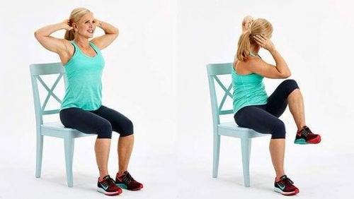 Kvinna som gör övningar på stol