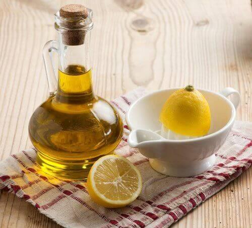 Olivolja och citroner på duk