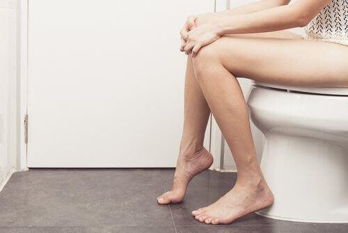 Sitta på toaletten