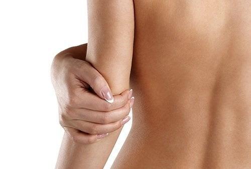 De 4 bästa hushållsprodukterna som återfuktar torr hud