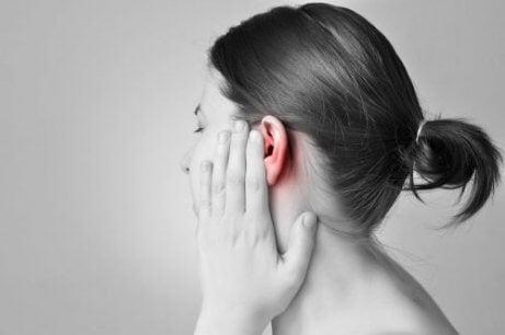 vätska i örat symptom