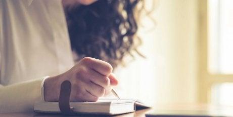 kvinna som skriver dagbok