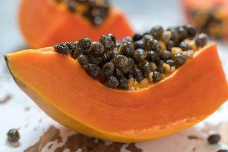 Papaya med kärnor