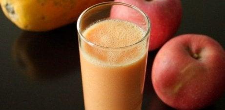 Juice med äpple och papaya