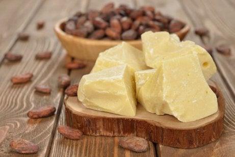 Klumpar av kakaosmör