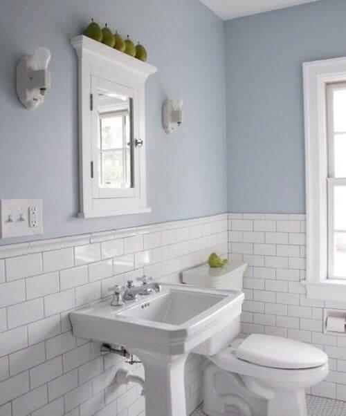 badrum med kakel och blå vägg
