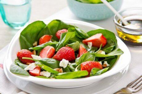Spenat- och jordgubbssallad