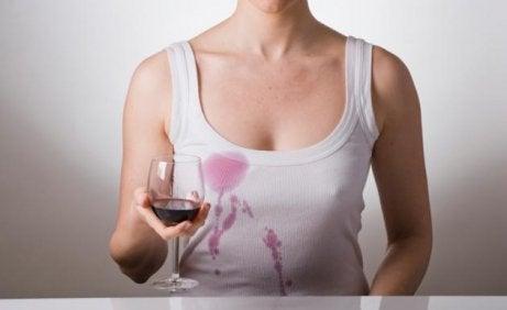 Vinfläckar på en tröja