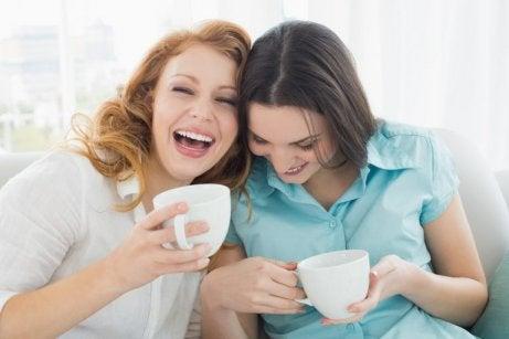 Väninnor med kaffekoppar