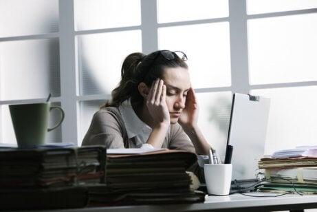 Spänningshuvudvärk framför datorn