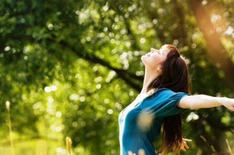 kvinna som njuter av naturen