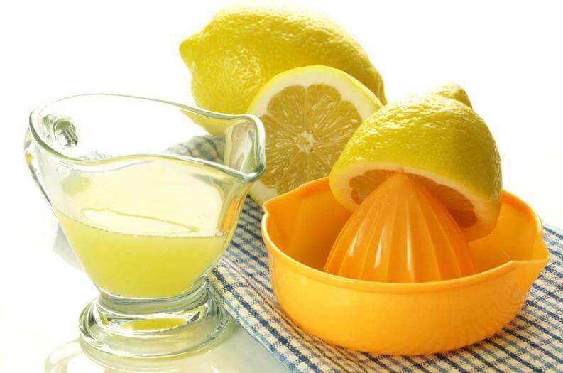 Citroner och citronpress