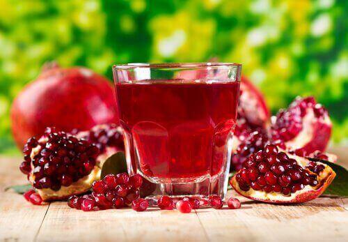 Granatäppeljuice är en av flera bra drycker för njurarna