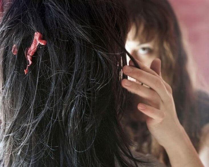 Kvinna med tuggummi i håret