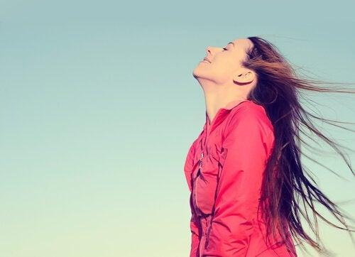 Kvinna som andas frisk luft