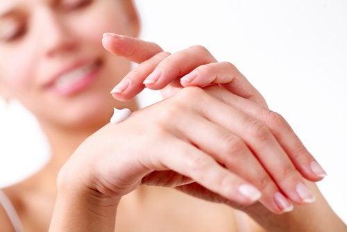 Kvinna applicerar kräm för lena händer