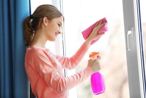 Kvinna som rengör fönster