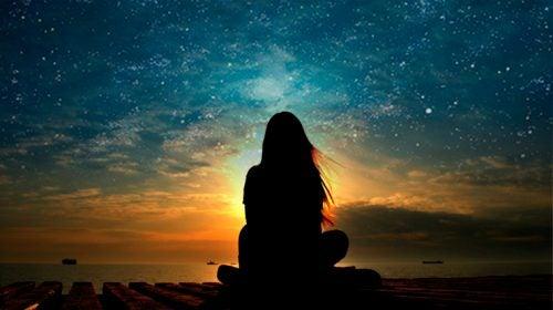 Kvinna vid himmel